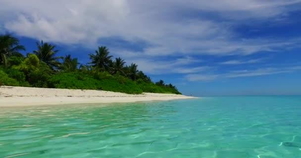 v07978 Maledivy pozadí krásné bílé písčité pláže s palmami na slunečné tropické paradise island s aqua blue sky moře vody oceánu 4k
