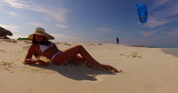 v07856 Maledivy bílá písečná pláž 1 osoba Mladá krásná dáma slunit sami na písčině na slunečné tropické paradise island s aqua blue sky moře vody oceánu 4k