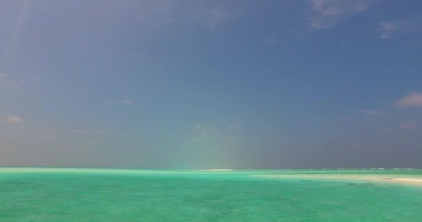 v07695 Maledivy pozadí krásné bílé písčité pláže na ostrově sunny tropický ráj s aqua blue sky moře vody oceánu 4k