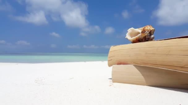 v07543 Maledivy bílá písečná pláž čtení knihy mušle na slunečné tropické paradise island s aqua blue sky moře vody oceánu 4k