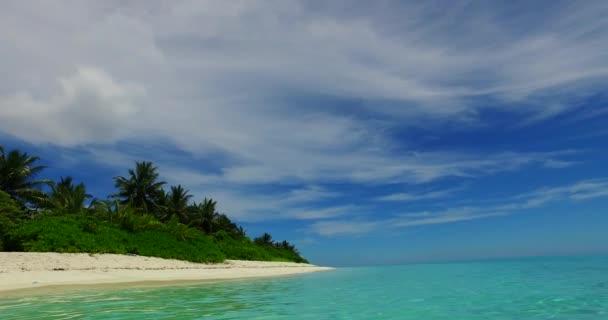 v07979 Maledivy pozadí krásné bílé písčité pláže s palmami na slunečné tropické paradise island s aqua blue sky moře vody oceánu 4k