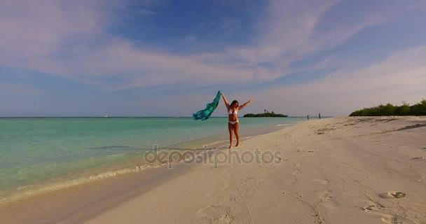 v07945 Maledivy bílá písečná pláž 1 osoba Mladá krásná dáma slunit sami na písčině na slunečné tropické paradise island s aqua blue sky moře vody oceánu 4k