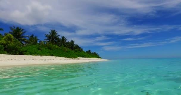 v07974 Maledivy pozadí krásné bílé písčité pláže s palmami na slunečné tropické paradise island s aqua blue sky moře vody oceánu 4k