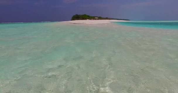 v07671 Maledivy pozadí krásné bílé písčité pláže na ostrově sunny tropický ráj s aqua blue sky moře vody oceánu 4k