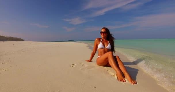 v07880 Maledivy bílá písečná pláž 1 osoba Mladá krásná dáma slunit sami na písčině na slunečné tropické paradise island s aqua blue sky moře vody oceánu 4k