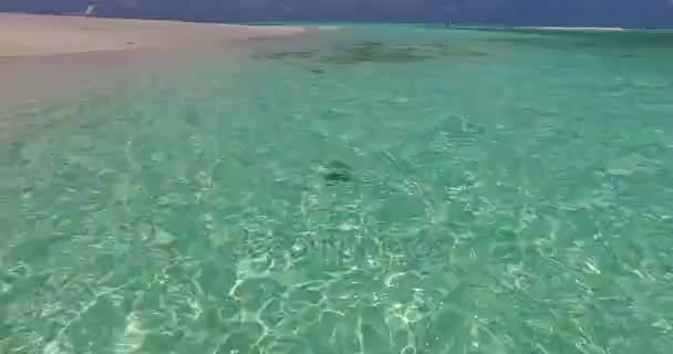 v07159 Maledivy bílá písečná pláž mraky na slunečné tropické paradise island s aqua blue sky moře oceán 4k