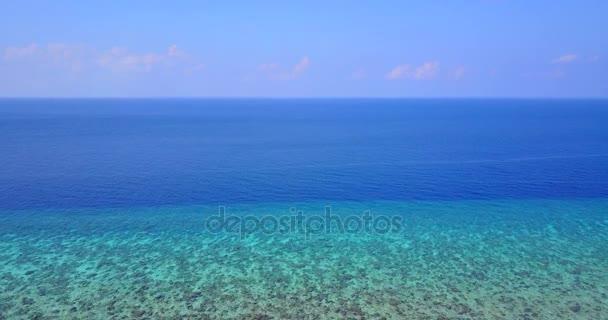 v07011 létající dron pohled Maledivy bílá písečná pláž abstraktní vlny vody drsnosti na slunečné tropické paradise island s aqua blue sky moře oceán 4k