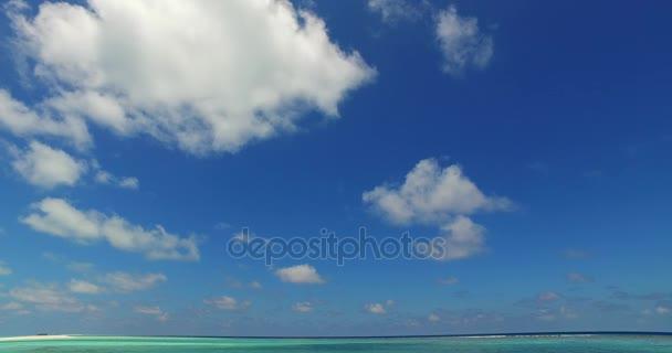 v07020 Maledivy bílá písečná pláž mraky na slunečné tropické paradise island s aqua blue sky moře oceán 4k