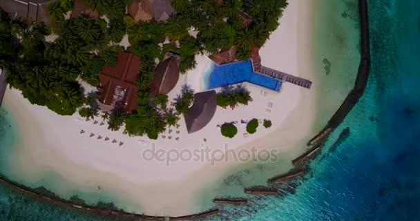 v05902 letecké létající dron pohled na Maledivy bílá písečná pláž na ostrově sunny tropický ráj s aqua blue sky moře vody oceánu 4k