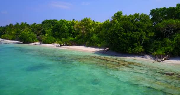 v05261 letecké létající dron pohled na Maledivy bílá písečná pláž na ostrově sunny tropický ráj s aqua blue sky moře vody oceánu 4k
