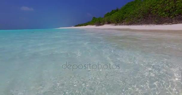 v07652 Maledivy pozadí krásné bílé písčité pláže na ostrově sunny tropický ráj s aqua blue sky moře vody oceánu 4k