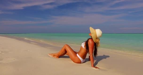 v07874 Maledivy bílá písečná pláž 1 osoba Mladá krásná dáma slunit sami na písčině na slunečné tropické paradise island s aqua blue sky moře vody oceánu 4k