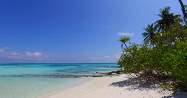 v07995 Maledivy pozadí krásné bílé písčité pláže s palmami na slunečné tropické paradise island s aqua blue sky moře vody oceánu 4k