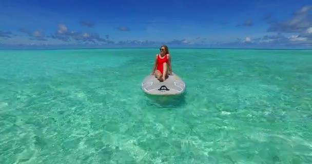 v07360 Maledivy pláž s bílým pískem 2 osoby mladý pár muž žena pádlování veslování na slunečné tropické paradise island s aqua blue sky moře vody oceánu 4k