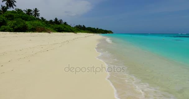 v07818 Maledivy pozadí krásné bílé písčité pláže na ostrově sunny tropický ráj s aqua blue sky moře vody oceánu 4k