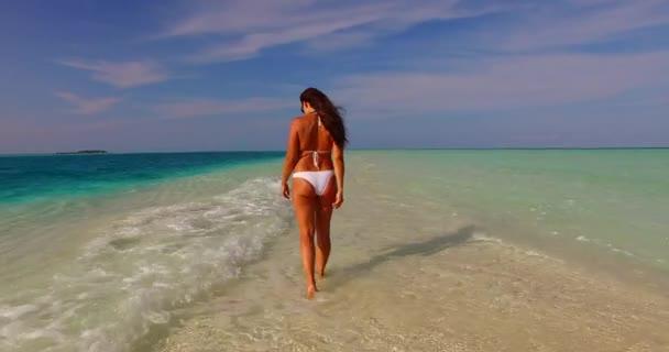 v07900 Maledivy bílá písečná pláž 1 osoba Mladá krásná dáma slunit sami na písčině na slunečné tropické paradise island s aqua blue sky moře vody oceánu 4k