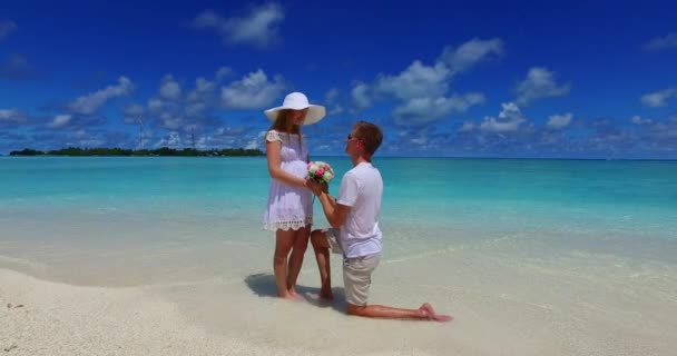v07386 Maldív-szigetek fehér homokos strand 2 fő fiatal pár férfi nő javaslat elkötelezettség esküvő házasság a napsütéses trópusi paradicsom-sziget aqua blue sky-tenger víz óceán 4k
