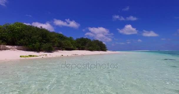 v07179 Maledivy bílá písečná pláž mraky na slunečné tropické paradise island s aqua blue sky moře oceán 4k