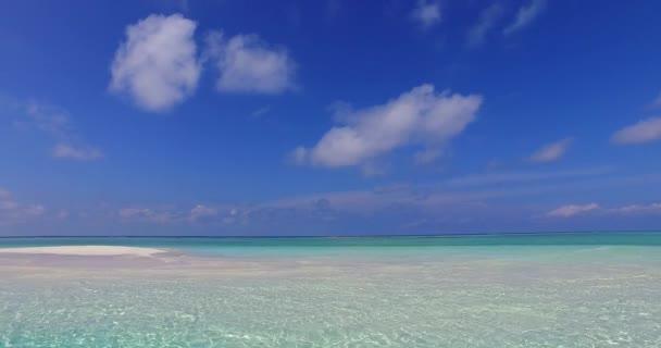 v07099 Maledivy bílá písečná pláž mraky na slunečné tropické paradise island s aqua blue sky moře oceán 4k