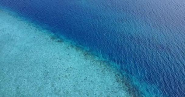 v06917 létající dron pohled Maledivy bílá písečná pláž abstraktní vlny vody drsnosti na slunečné tropické paradise island s aqua blue sky moře oceán 4k