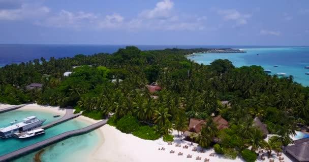 v06364 létající dron pohled na Maledivy bílá písečná pláž luxusní 5 hvězdičkový resort hotel vodních bungalovů relaxační dovolené na ostrově sunny tropický ráj s aqua blue sky moře oceán 4k