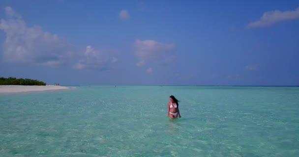 v06298 letecké létající dron pohled na Maledivy bílá písečná pláž 1 osoba Mladá krásná dáma šplouchání, hraje na slunečné tropické paradise island s aqua blue sky moře vody oceánu 4k