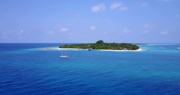 v06073 letecké létající dron pohled na Maledivy bílá písečná pláž na ostrově sunny tropický ráj s aqua blue sky moře vody oceánu 4k