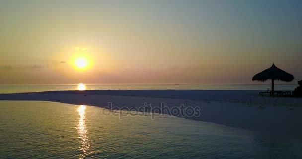 v06491 letecké létající dron pohled na Maledivy bílá písečná pláž západ slunce východ slunce na ostrově sunny tropický ráj s aqua blue sky moře vody oceánu 4k