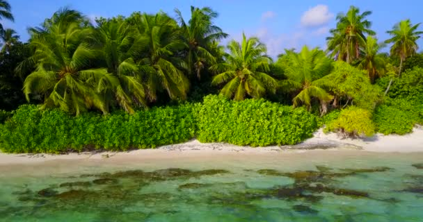 v06756 létající dron pohled Maledivy bílá písečná pláž abstraktní vlny vody drsnosti na slunečné tropické paradise island s aqua blue sky moře oceán 4k