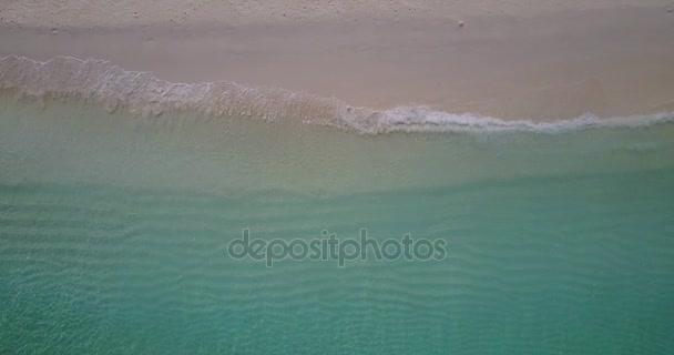 v06868 létající dron pohled Maledivy bílá písečná pláž abstraktní vlny vody drsnosti na slunečné tropické paradise island s aqua blue sky moře oceán 4k
