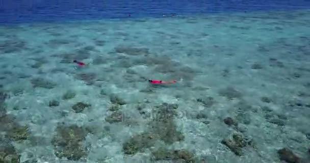 v06878 létající dron pohled Maledivy bílá písečná pláž abstraktní vlny vody drsnosti na slunečné tropické paradise island s aqua blue sky moře oceán 4k