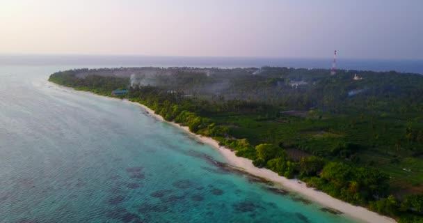v06014 letecké létající dron pohled na Maledivy bílá písečná pláž na ostrově sunny tropický ráj s aqua blue sky moře vody oceánu 4k