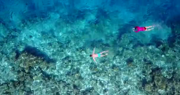 v06427 létající dron pohled na Maledivy bílá písečná pláž mladých lidí šnorchlování plavání pod vodou na slunečné tropické paradise island s aqua blue sky moře vody oceánu 4k