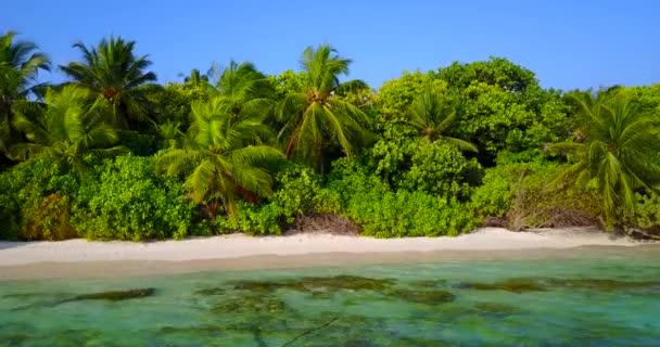 v05856 letecké létající dron pohled na Maledivy bílá písečná pláž na ostrově sunny tropický ráj s aqua blue sky moře vody oceánu 4k