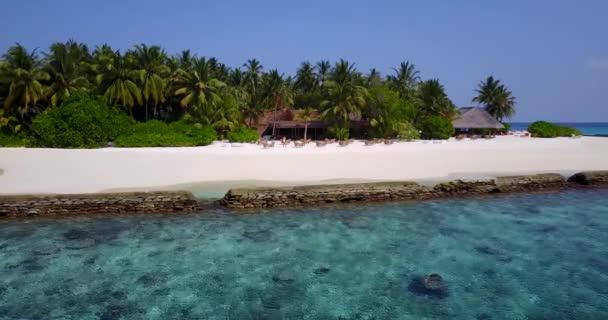 v05697 letecké létající dron pohled na Maledivy bílá písečná pláž na ostrově sunny tropický ráj s aqua blue sky moře vody oceánu 4k