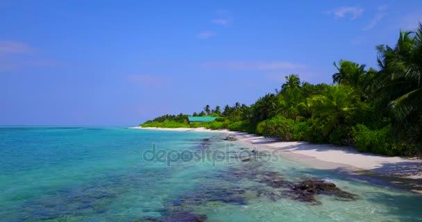 v05086 letecké létající dron pohled na Maledivy bílá písečná pláž na ostrově sunny tropický ráj s aqua blue sky moře vody oceánu 4k
