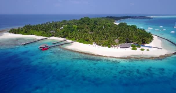 v05346 letecké létající dron pohled na Maledivy bílá písečná pláž na ostrově sunny tropický ráj s aqua blue sky moře vody oceánu 4k