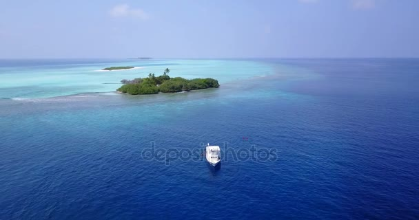 v05513 letecké létající dron pohled na Maledivy bílá písečná pláž na ostrově sunny tropický ráj s aqua blue sky moře vody oceánu 4k