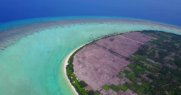 v05035 letecké létající dron pohled na Maledivy bílá písečná pláž na ostrově sunny tropický ráj s aqua blue sky moře vody oceánu 4k
