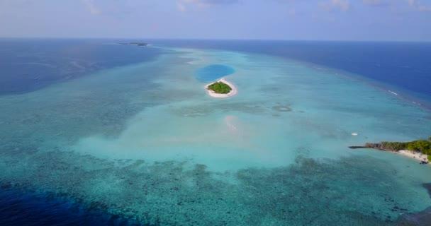 v05680 letecké létající dron pohled na Maledivy bílá písečná pláž na ostrově sunny tropický ráj s aqua blue sky moře vody oceánu 4k