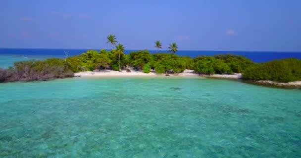 v05911 letecké létající dron pohled na Maledivy bílá písečná pláž na ostrově sunny tropický ráj s aqua blue sky moře vody oceánu 4k