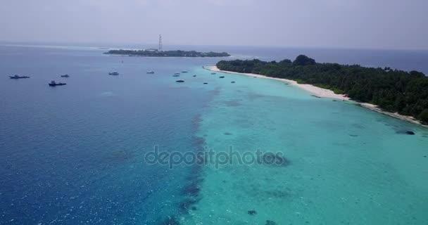 v05805 letecké létající dron pohled na Maledivy bílá písečná pláž na ostrově sunny tropický ráj s aqua blue sky moře vody oceánu 4k