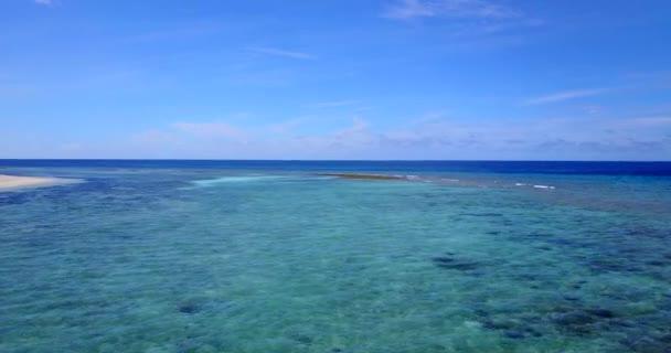 v09812 dovolená v Maledivách tropické ostrovy s výhledem z letecké létající dron na bílé písečné pláže a modré oblohy a moře