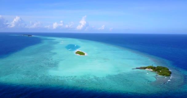 v09834 dovolená v Maledivách tropické ostrovy s výhledem z letecké létající dron na bílé písečné pláže a modré oblohy a moře