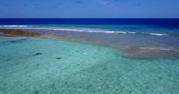 v09908 dovolená v Maledivách tropické ostrovy s výhledem z letecké létající dron na bílé písečné pláže a modré oblohy a moře