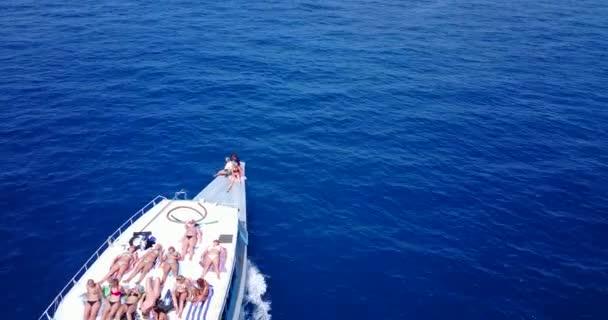 v09155 skupiny mladých krásné dívky opalování na lodi s letecký pohled v jasné, aqua modrá mořská voda a modrá obloha