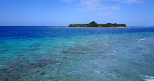 v09942 dovolená v Maledivách tropické ostrovy s výhledem z letecké létající dron na bílé písečné pláže a modré oblohy a moře
