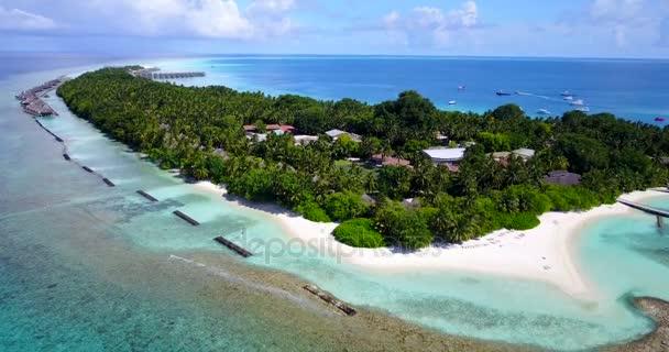 v10302 Maldív-szigetek trópusi fehér homokos strand szigetek drone légi repülő nézet víz aqua kék tenger és a napfényes ég