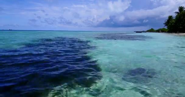 v10478 Maldív-szigetek trópusi fehér homokos strand szigetek drone légi repülő nézet víz aqua kék tenger és a napfényes ég