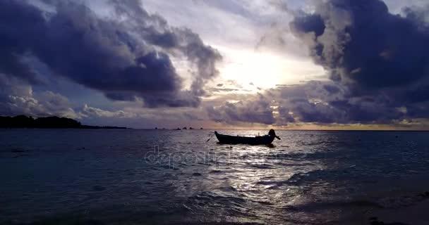 v10918 sagoma barca a vela al tramonto con bel cielo e mare sulla spiaggia dellisola